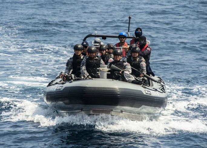 Cận cảnh đặc nhiệm hải quân ASEAN-Mỹ diễn tập truy bắt nghi phạm trên tàu - Ảnh 5.