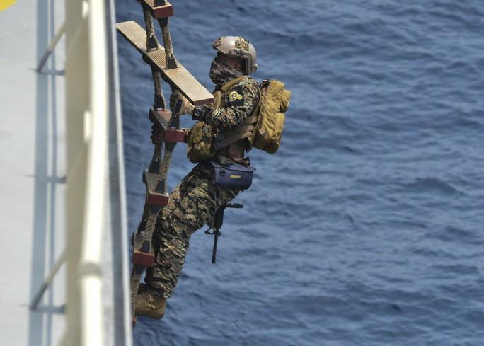 Cận cảnh đặc nhiệm hải quân ASEAN-Mỹ diễn tập truy bắt nghi phạm trên tàu - Ảnh 6.