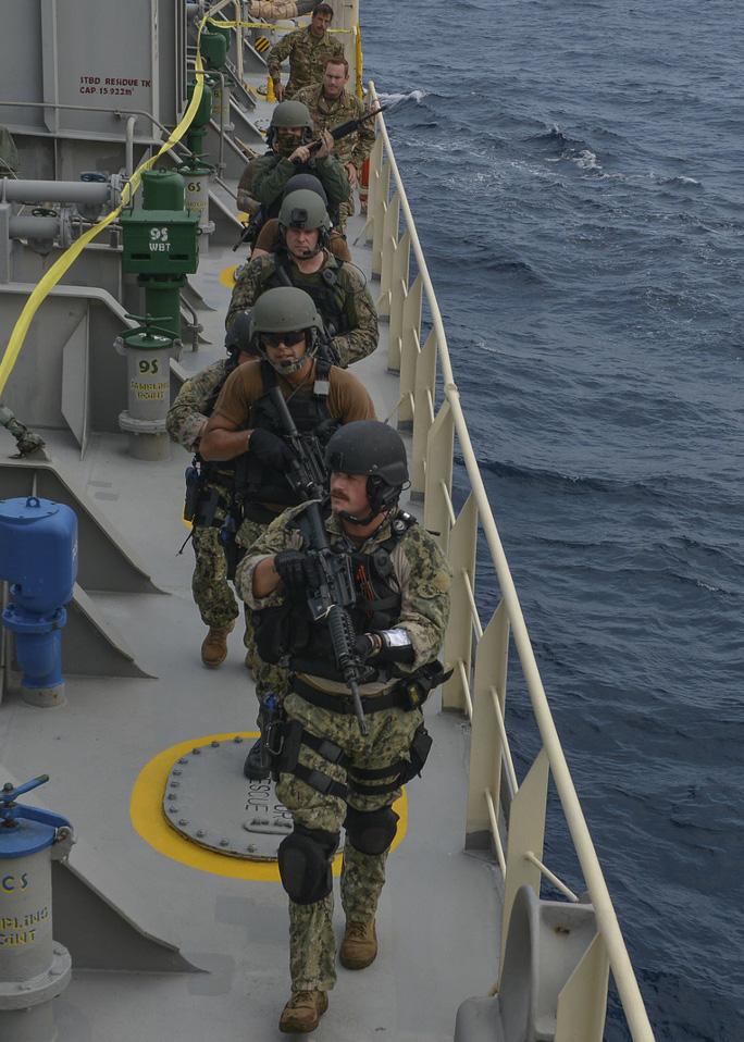 Cận cảnh đặc nhiệm hải quân ASEAN-Mỹ diễn tập truy bắt nghi phạm trên tàu - Ảnh 8.