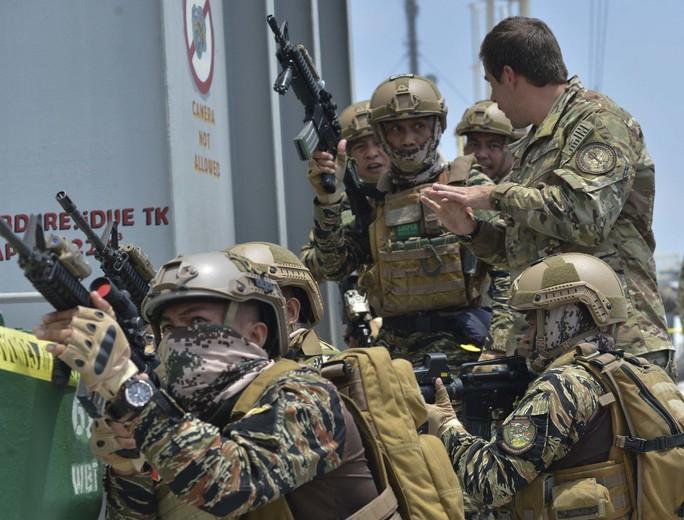 Cận cảnh đặc nhiệm hải quân ASEAN-Mỹ diễn tập truy bắt nghi phạm trên tàu - Ảnh 9.