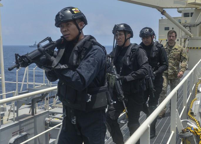 Cận cảnh đặc nhiệm hải quân ASEAN-Mỹ diễn tập truy bắt nghi phạm trên tàu - Ảnh 10.