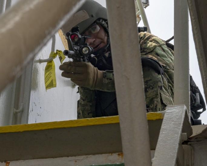 Cận cảnh đặc nhiệm hải quân ASEAN-Mỹ diễn tập truy bắt nghi phạm trên tàu - Ảnh 13.