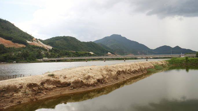Đà Nẵng: Sông Cu Đê bị bóp nghẹt bởi hàng chục hồ nuôi tôm không phép - Ảnh 3.