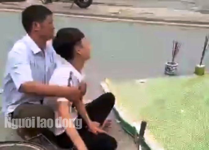 Chồng 20 tuổi gào khóc thảm thiết bên thi thể vợ mang thai bị xe tải cán - Ảnh 2.