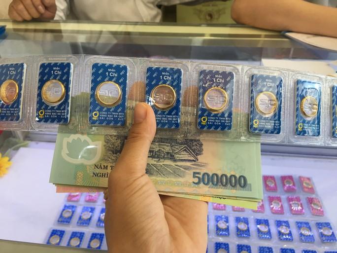 """Giá vàng SJC """"bốc hơi"""" gần cả triệu đồng/lượng - Ảnh 1."""
