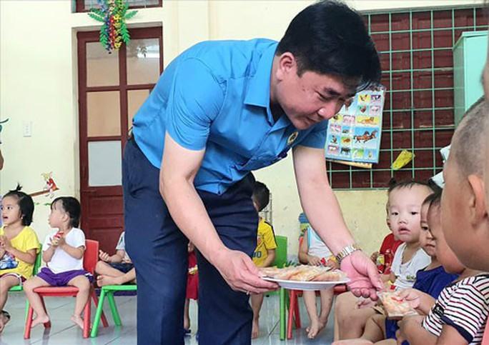 Quảng Bình: Thăm, tặng quà con công nhân khó khăn - Ảnh 1.
