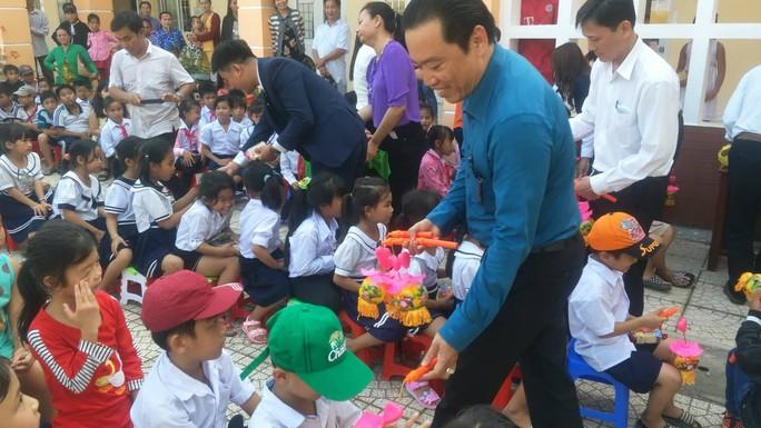 Báo Người Lao Động mang trung thu đến trẻ em nghèo Hậu Giang - Ảnh 6.