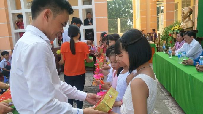 Báo Người Lao Động mang trung thu đến trẻ em nghèo Hậu Giang - Ảnh 8.