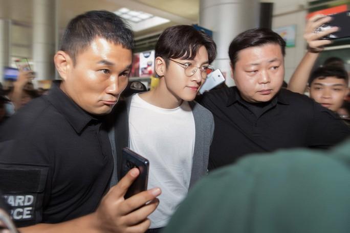 Không gặp được Ji Chang Wook, người hâm mộ ném đá Diệp Lâm Anh - Ảnh 5.