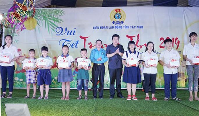 Tây Ninh: Trao học bổng cho con công nhân học giỏi - Ảnh 1.