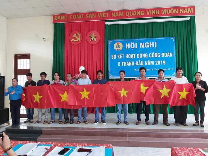 1.000 lá cờ Tổ quốc đến tay ngư dân Phú Quốc - Ảnh 1.