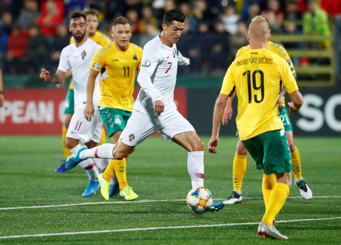 Ronaldo lập cú poker, Bồ Đào Nha vùi dập chủ nhà Lithuania - Ảnh 3.