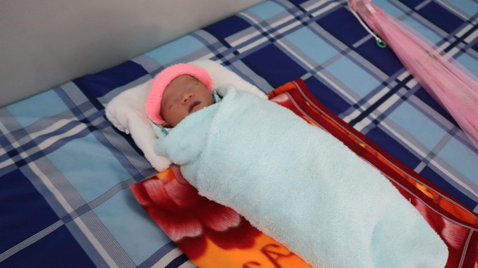 Phát hiện bé sơ sinh trong bọc ni lông bên đường - Ảnh 1.
