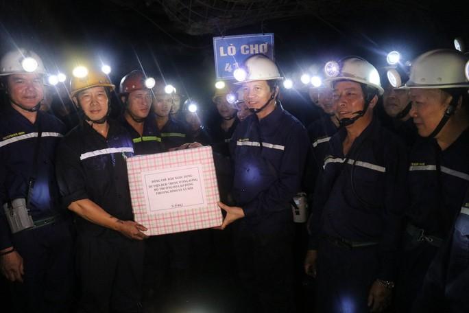 Chủ tịch Tổng LĐLĐ Việt Nam xuống hầm lò  -140 m để nghe tâm tư của thợ lò về tăng tuổi nghỉ hưu  - Ảnh 6.