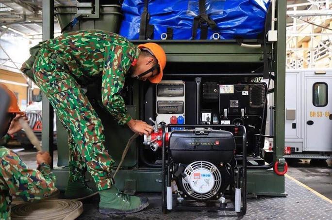 Cận cảnh Binh chủng Hóa học tiến hành tẩy độc nhà xưởng Công ty Rạng Đông - Ảnh 3.