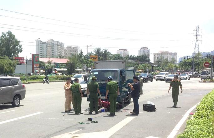 [CLIP] - Hiện trường xe tải lao tới kéo lê xe máy ở quận 2, người phụ nữ chết thương tâm - Ảnh 1.