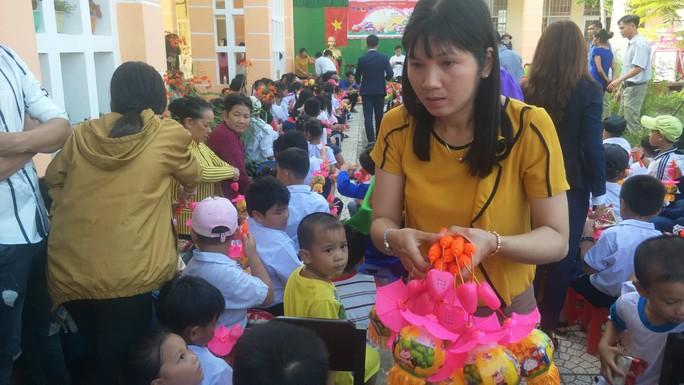 Báo Người Lao Động mang trung thu đến trẻ em nghèo Hậu Giang - Ảnh 4.