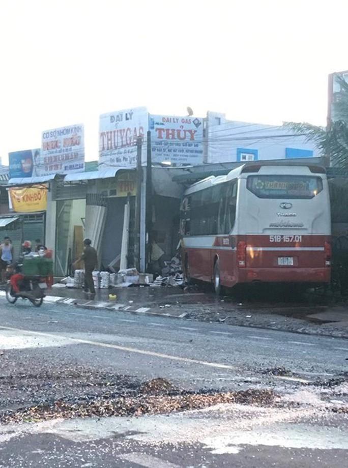 Xe giường nằm va chạm xe tải và lao thẳng vào 1 cửa hàng trên Quốc lộ 20 - Ảnh 1.