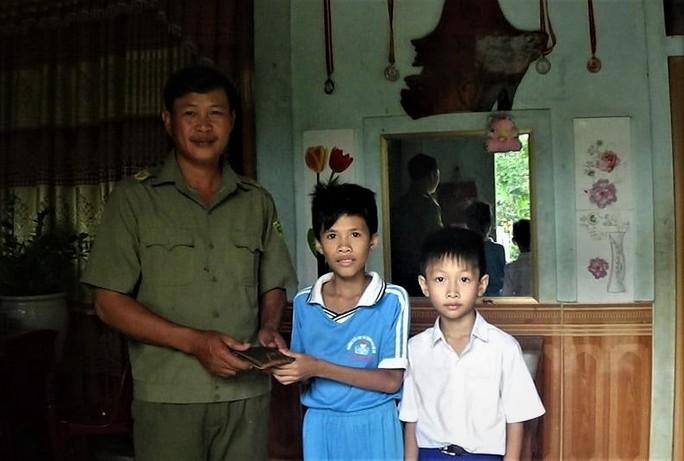 Hai học sinh trả lại hơn 16 triệu đồng nhặt được cho anh thợ xây - Ảnh 1.
