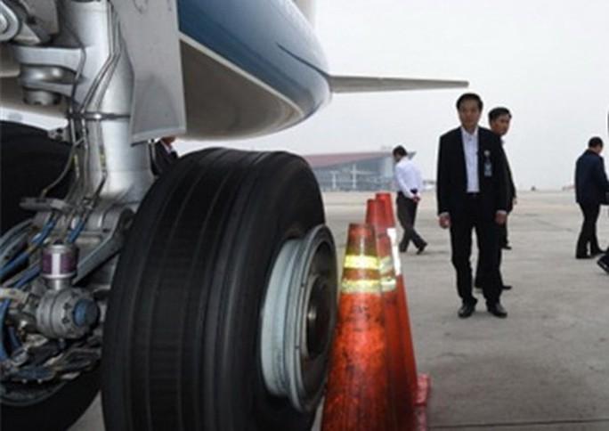 Liên tiếp phát hiện máy bay Vietnam Airlines bị rách lốp, đinh găm - Ảnh 1.