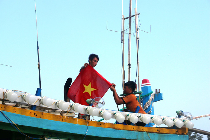 Trao 1000 lá cờ Tổ quốc cho ngư dân Bình Thuận - Ảnh 7.