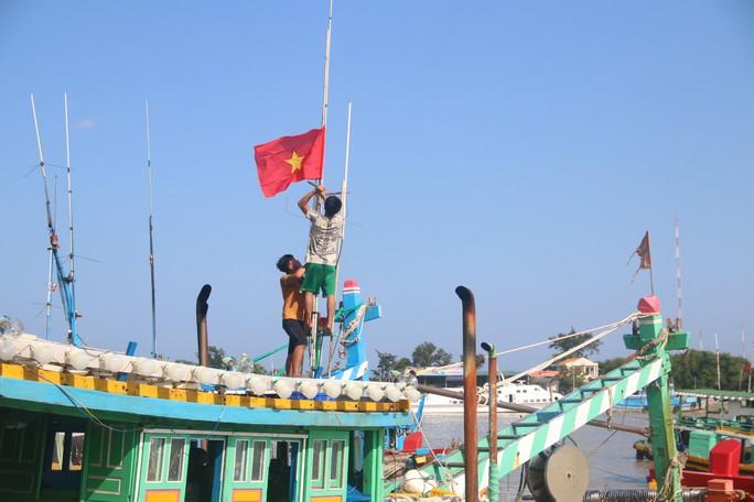 Trao 1000 lá cờ Tổ quốc cho ngư dân Bình Thuận - Ảnh 8.
