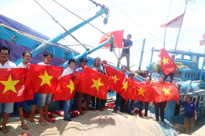 Trao 1000 lá cờ Tổ quốc cho ngư dân Bình Thuận - Ảnh 3.
