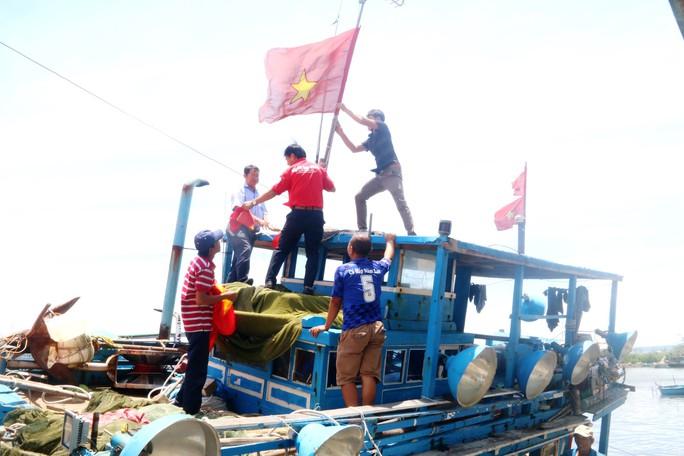 Trao 1000 lá cờ Tổ quốc cho ngư dân Bình Thuận - Ảnh 4.