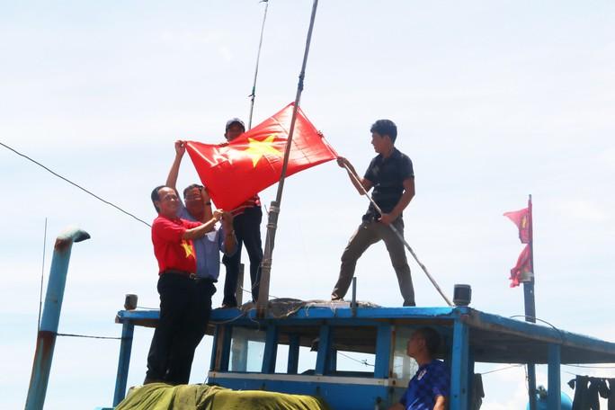 Trao 1000 lá cờ Tổ quốc cho ngư dân Bình Thuận - Ảnh 5.