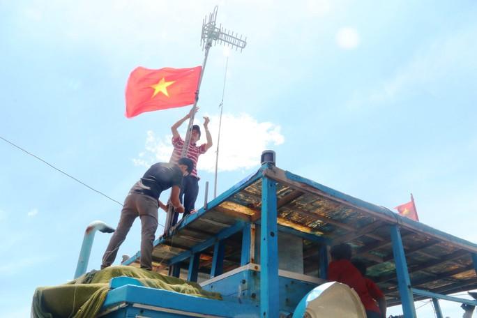 Trao 1000 lá cờ Tổ quốc cho ngư dân Bình Thuận - Ảnh 6.