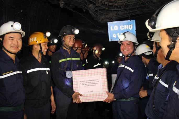 Chủ tịch Tổng LĐLĐ Việt Nam xuống hầm lò  -140 m để nghe tâm tư của thợ lò về tăng tuổi nghỉ hưu  - Ảnh 5.