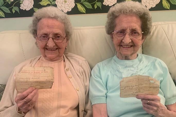 Cặp sinh đôi cao tuổi nhất nước Anh tiết lộ bí quyết sống lâu - Ảnh 2.