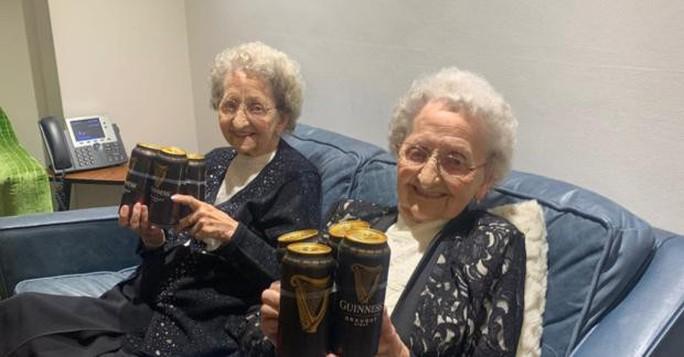 Cặp sinh đôi cao tuổi nhất nước Anh tiết lộ bí quyết sống lâu - Ảnh 6.