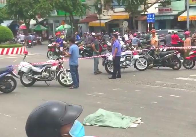 Rùng mình thi thể thai nhi rớt xuống đường, xe máy cán q2ua - Ảnh 1.