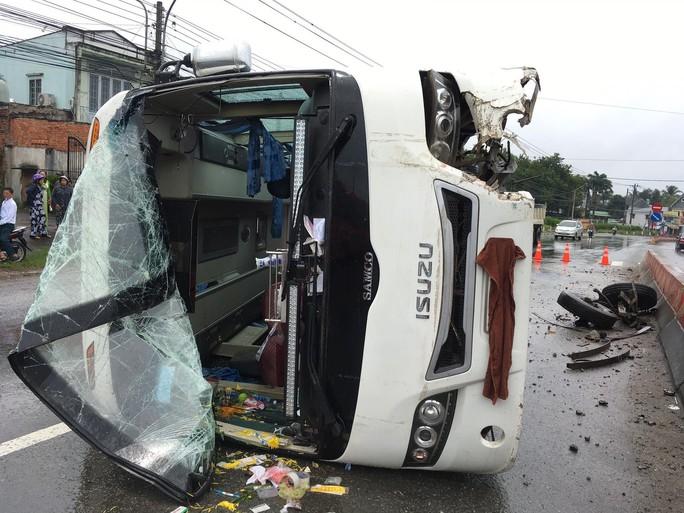 Kinh hoàng cảnh tượng xe khách văng bánh, lật nhào, 26 hành khách kêu cứu - Ảnh 3.