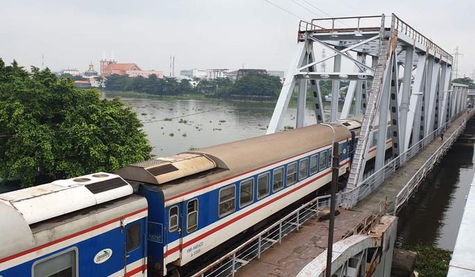 Cầu sắt Bình Lợi đón chuyến tàu cuối cùng trước ngày tháo dỡ - Ảnh 7.