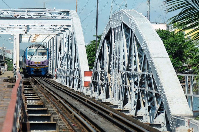 Cầu sắt Bình Lợi đón chuyến tàu cuối cùng trước ngày tháo dỡ - Ảnh 5.