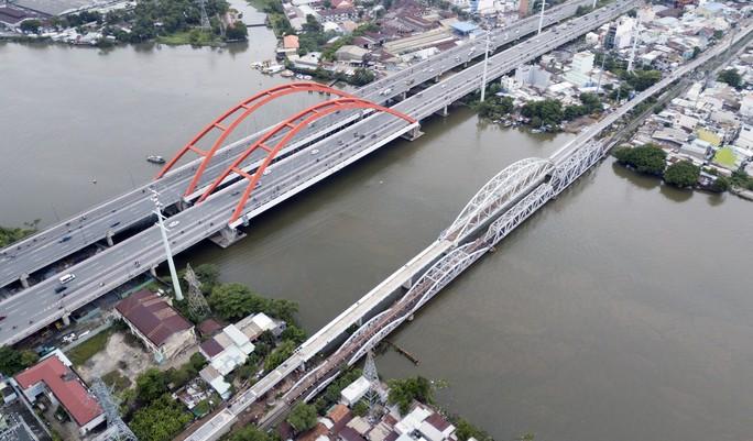 Cầu sắt Bình Lợi đón chuyến tàu cuối cùng trước ngày tháo dỡ - Ảnh 4.
