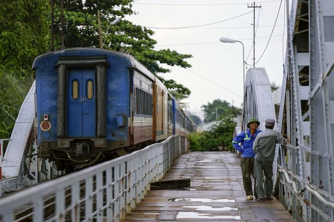 Cầu sắt Bình Lợi đón chuyến tàu cuối cùng trước ngày tháo dỡ - Ảnh 10.