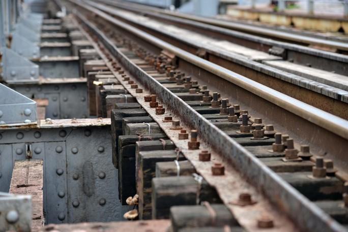 Cầu sắt Bình Lợi đón chuyến tàu cuối cùng trước ngày tháo dỡ - Ảnh 9.