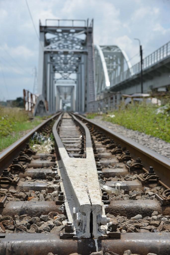 Cầu sắt Bình Lợi đón chuyến tàu cuối cùng trước ngày tháo dỡ - Ảnh 8.
