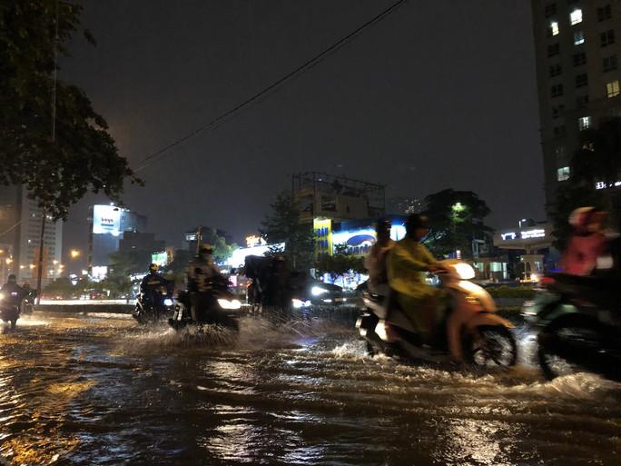 Mưa trắng trời, đường Nguyễn Hữu Cảnh lại ngập - Ảnh 5.