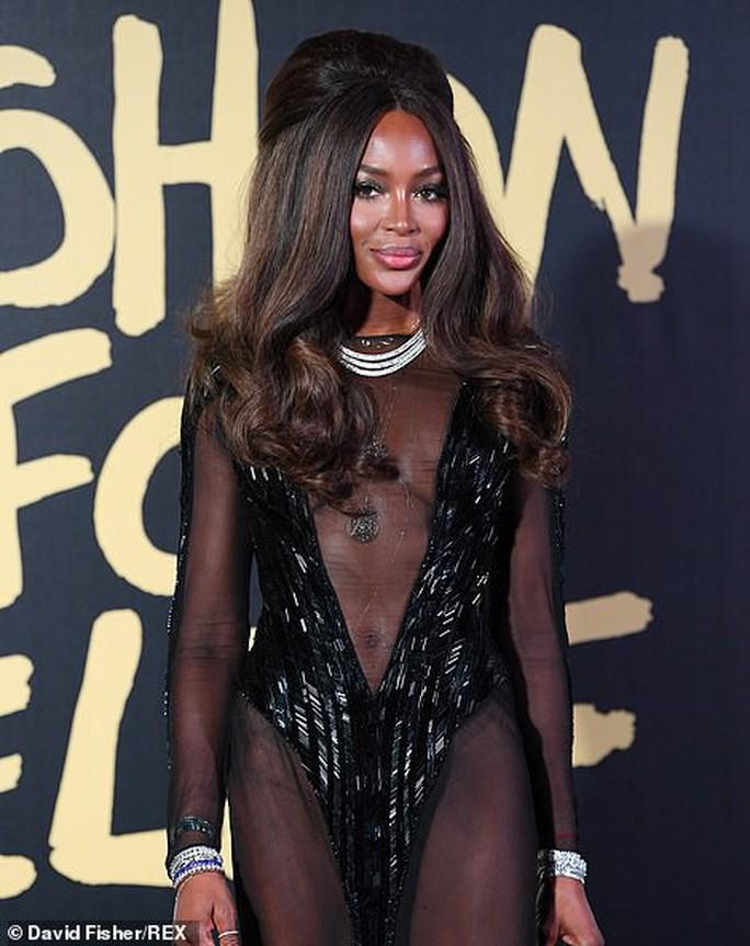 Báo đen Naomi Campbell gợi cảm với đầm xuyên thấu - Ảnh 3.