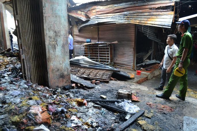 VIDEO: Nghi đốt vàng mã cúng cô hồn gây cháy cả chợ thị xã - Ảnh 2.