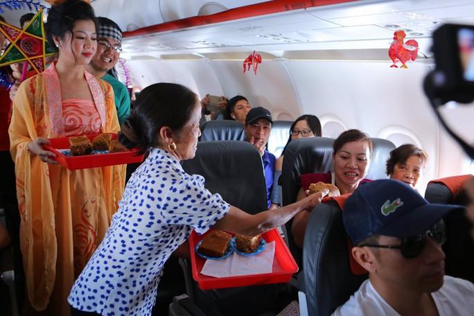 Jetstar Pacific nói gì về chiếc bánh Trung thu siêu to bà Tân Vlog mang lên máy bay? - Ảnh 2.