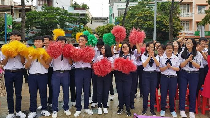 Giới trẻ Cần Thơ đội mưa cổ vũ Nguyễn Bá Vinh thi chung kết Đường lên đỉnh Olympia - Ảnh 11.