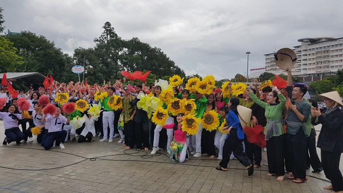 Giới trẻ Cần Thơ đội mưa cổ vũ Nguyễn Bá Vinh thi chung kết Đường lên đỉnh Olympia - Ảnh 8.