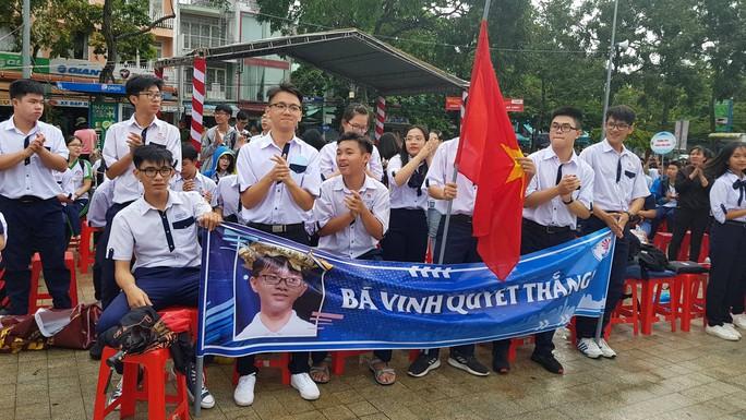 Giới trẻ Cần Thơ đội mưa cổ vũ Nguyễn Bá Vinh thi chung kết Đường lên đỉnh Olympia - Ảnh 15.
