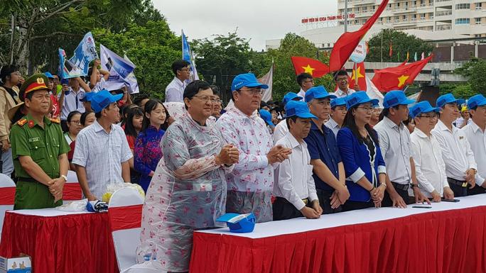 Giới trẻ Cần Thơ đội mưa cổ vũ Nguyễn Bá Vinh thi chung kết Đường lên đỉnh Olympia - Ảnh 10.