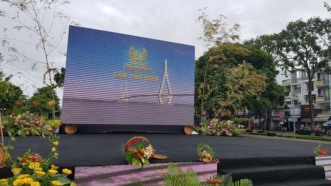 Giới trẻ Cần Thơ đội mưa cổ vũ Nguyễn Bá Vinh thi chung kết Đường lên đỉnh Olympia - Ảnh 12.